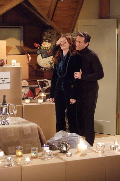 Weihnachten, das Fest der Liebe: Wie schon vor ein paar Jahren funkt es auch diesmal wieder zwischen Grace (Debra Messing, l.) und Sam (Steven Weber... - Bildquelle: Paul Drinkwater NBC Productions