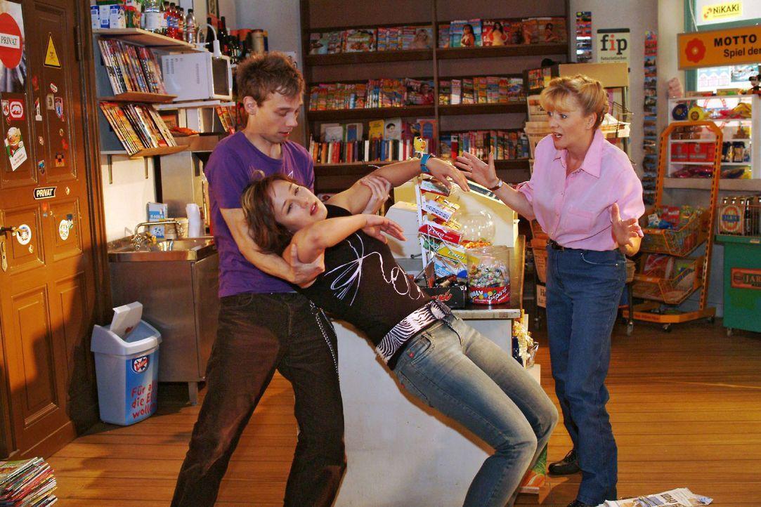 Jürgen (Oliver Bokern, l.) und Helga (Ulrike Mai, r.) sind erschrocken über Yvonnes (Bärbel Schleker, M.) plötzlichen Ohnmachtsanfall. - Bildquelle: Sat.1