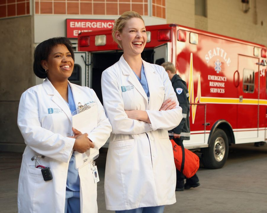 Die Eröffnung der Denny Duquette Memorial Clinic steht an. Bailey (Chandra Wilson, l.) und Izzie (Katherine Heigl, r.) freuen sich darüber ... - Bildquelle: Touchstone Television