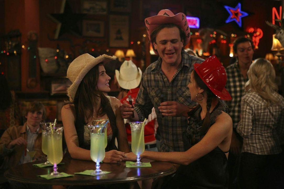 Da Robin (Cobie Smulders, l.) immer noch keinen Job hat und sich auch sonst nicht sonderlich wohl in ihrer Haut fühlt, will sie Zeit mit Lily (Alyso... - Bildquelle: 20th Century Fox International Television