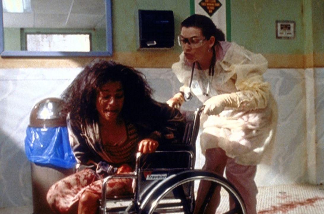 Schwester Hathaway (Julianna Margulies, r.) drohen Unannehmlichkeiten. Die crackabhängige Doris (Tracy Vilar, l.) hatte eine Totgeburt, behauptet a... - Bildquelle: TM+  2000 WARNER BROS.