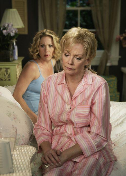 Während Samantha (Christina Applegate, l.) und ihre Mutter Regina (Jean Smart, r.) wegen Dr Andy Adams Anruf etwas beunruhigt sind, werden Andrea u... - Bildquelle: American Broadcasting Companies, Inc. All rights reserved.