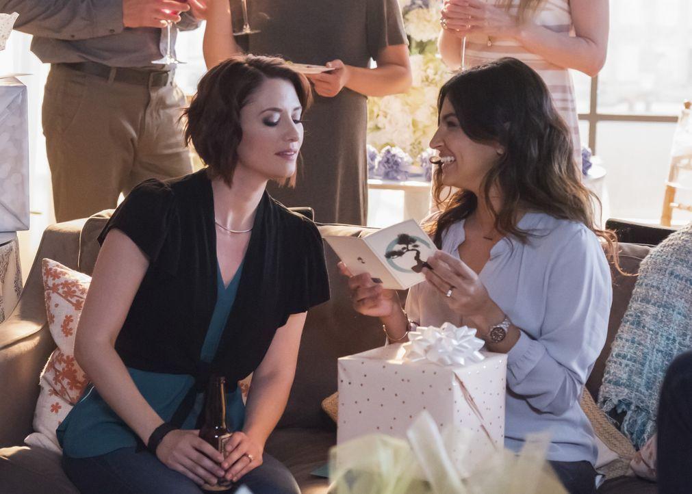 Eliza organisiert für Alex (Chyler Leigh, l.) und Maggie (Floriana Lima, r.) eine Brautparty, was Maggie über ihren Vater nachdenken lässt ... - Bildquelle: 2017 Warner Bros.