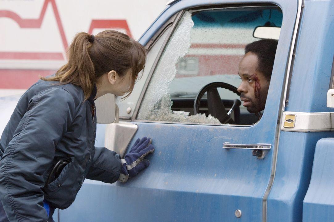 Sam (Linda Cardellini, l.) kümmert sich um Del (Arnell Powell, r.), der  einen Unfall hatte ... - Bildquelle: Warner Bros. Television
