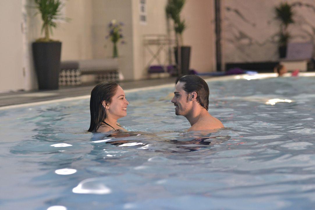 Gönnen sich schöne Stunden im Hotelpool: Catherine (Kristin Kreuk, l.) und Vincent (Jay Ryan, r.) ... - Bildquelle: 2012 The CW Network, LLC. All rights reserved.