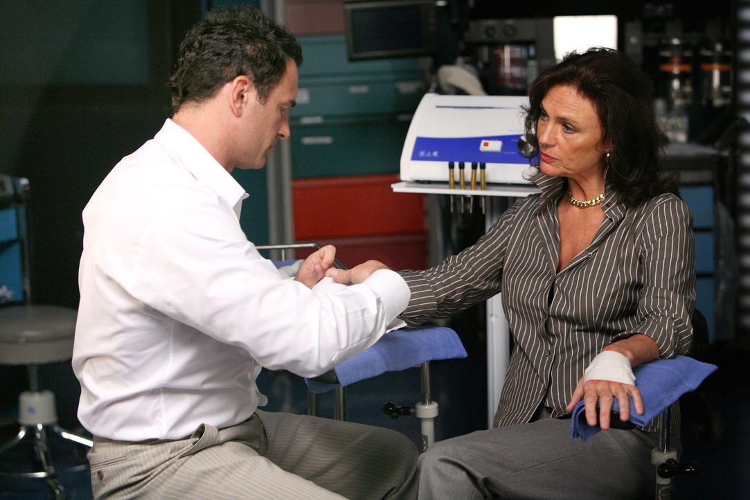 Christian (Julian McMahon, l.) wird von James (Jacqueline Bisset, r.) erpresst. Er ahnt allerdings nicht, dass er nicht der einzige ist ... - Bildquelle: TM and   2004 Warner Bros. Entertainment Inc. All Rights Reserved.