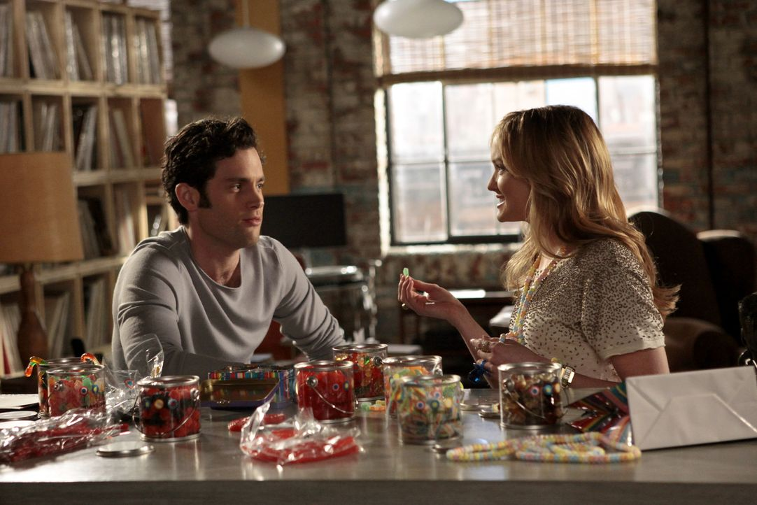 Charlie (Kaylee DeFer, r.) versucht weiterhin an Dan (Penn Badgley, l.) ranzukommen und wird von ihm zum Ehemaligen-Treffen seiner alten High-School... - Bildquelle: Warner Bros. Television