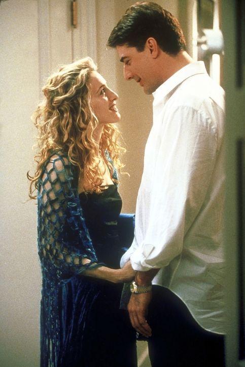 Vom schlechten Gewissen geplagt: Carrie (Sarah Jessica Parker, l.) verrät ihren Freundinnen nicht, dass sie sich wieder mit Mr. Big (Chris Noth, r.)... - Bildquelle: 2001 Paramount Pictures