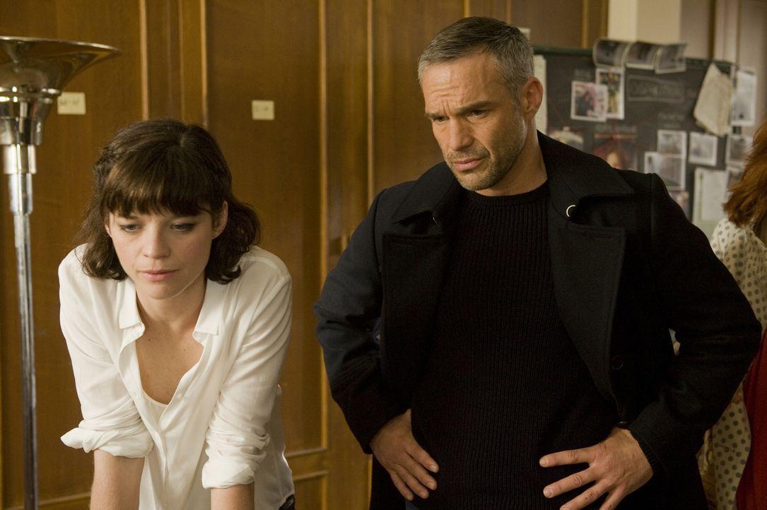 Rocher (Philippe Bas, r.) ist erstaunt, als er erkennt, in welcher Verbindung Adèle (Juliette Roudet, l.) zu seinem neusten Fall steht ... - Bildquelle: 2015 BEAUBOURG AUDIOVISUEL