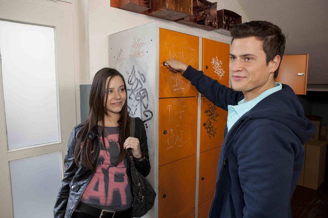 Genießen den Triumph über Caro: Luzi (Selina Müller, l.) und Timo (Rocco Stark, r.) ... - Bildquelle: David Saretzki SAT.1