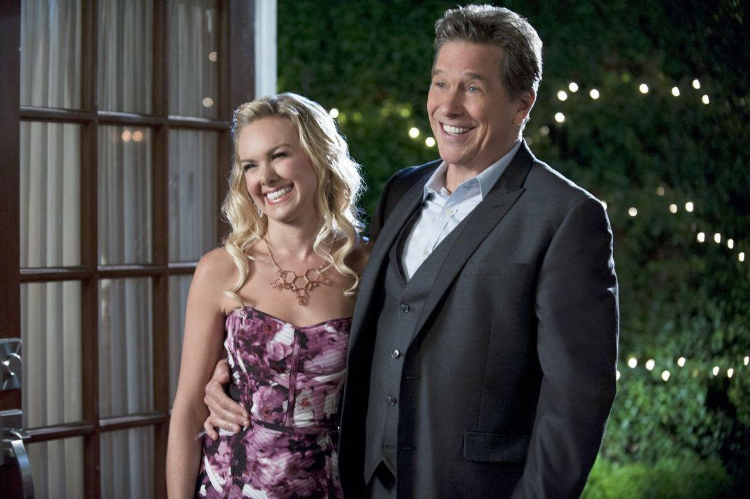 Würde Shelby (Laura Bell Bundy, l.) tatsächlich Bricks (Tim Matheson, r.) Geburtstag vergessen? - Bildquelle: 2014 Warner Brothers