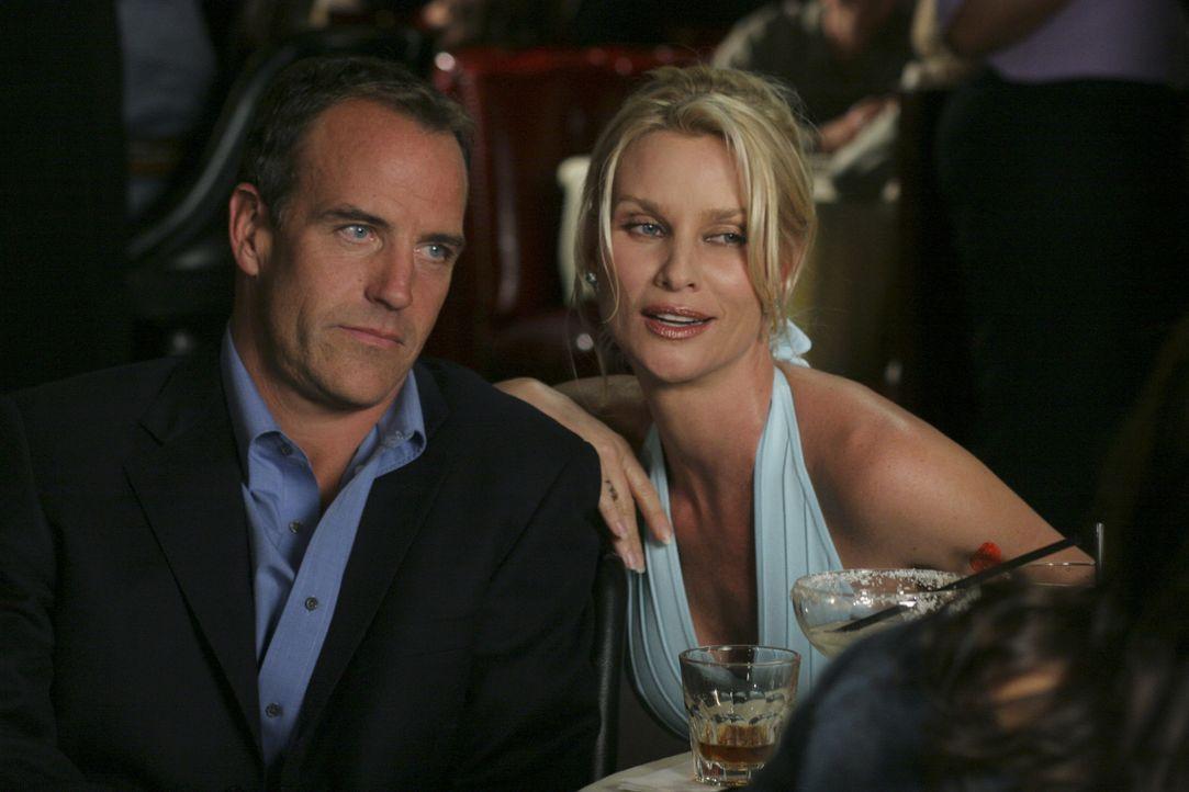 Als Susan Ex-Mann Karl (Richard Burgi, l.) gemeinsam mit Edie (Nicolette Sheridan, r.) auf Julies Geburtstagsfeier erscheint, kommt es zum Eklat ... - Bildquelle: Touchstone Pictures