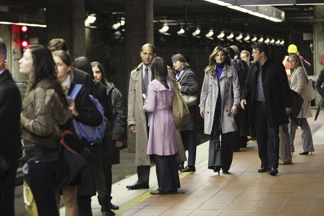 Als Len Levitt, ein umgänglicher Mitarbeiter der U-Bahn ermordet im Central  Park aufgefunden wird, glauben Beckett (Stana Katic, 3.v.r.) und Castle... - Bildquelle: 2010 American Broadcasting Companies, Inc. All rights reserved.
