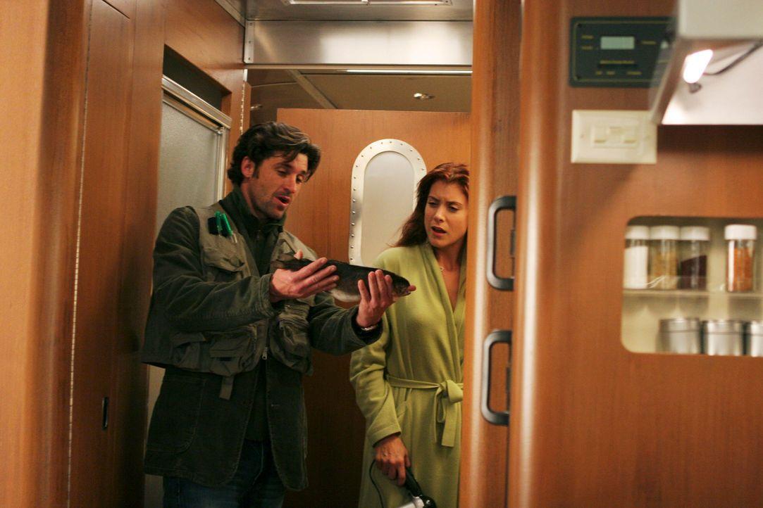 Voller Stolz zeigt Derek (Patrick Dempsey, l.) seiner Frau Addison (Kate Walsh, r.) seinen Fang ... - Bildquelle: Touchstone Television