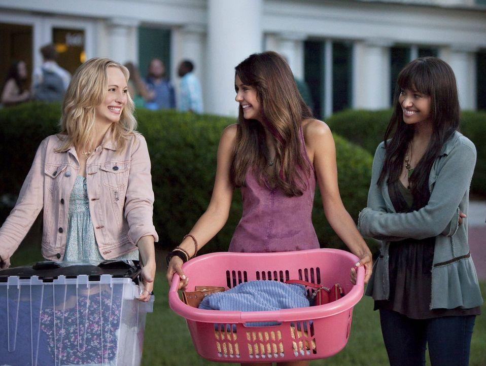 Elena (Nina Dobrev, M.) und Caroline (Candice Accola, l.) stehen vor neuen Herausforderungen und beziehen ihr Zimmer am nahegelegenen Campus. Dass d... - Bildquelle: Warner Brothers