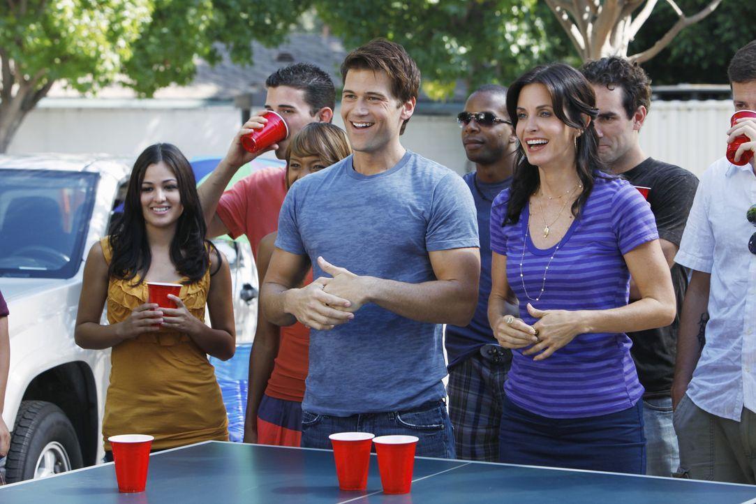 Noch verstehen sie sich prächtig, doch schon bald wird die Trennung auf Raten folgen: Josh (Nick Zano, vorne l.) hat sich in Jules (Courteney Cox,... - Bildquelle: 2009 ABC INC.