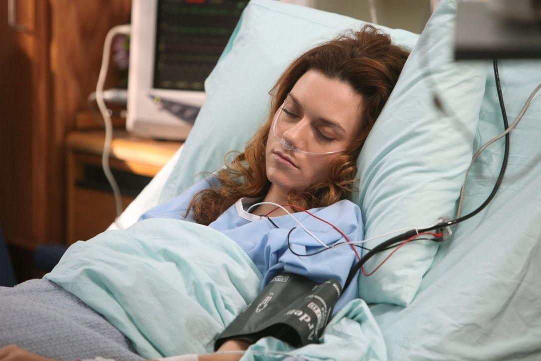 Nachdem Peyton Sawyer (Hilarie Burton) nach der Hochzeit mit Lucas zusammengebrochen ist, liegt sie im Krankenhaus und ist nicht ansprechbar ... - Bildquelle: Warner Bros. Pictures