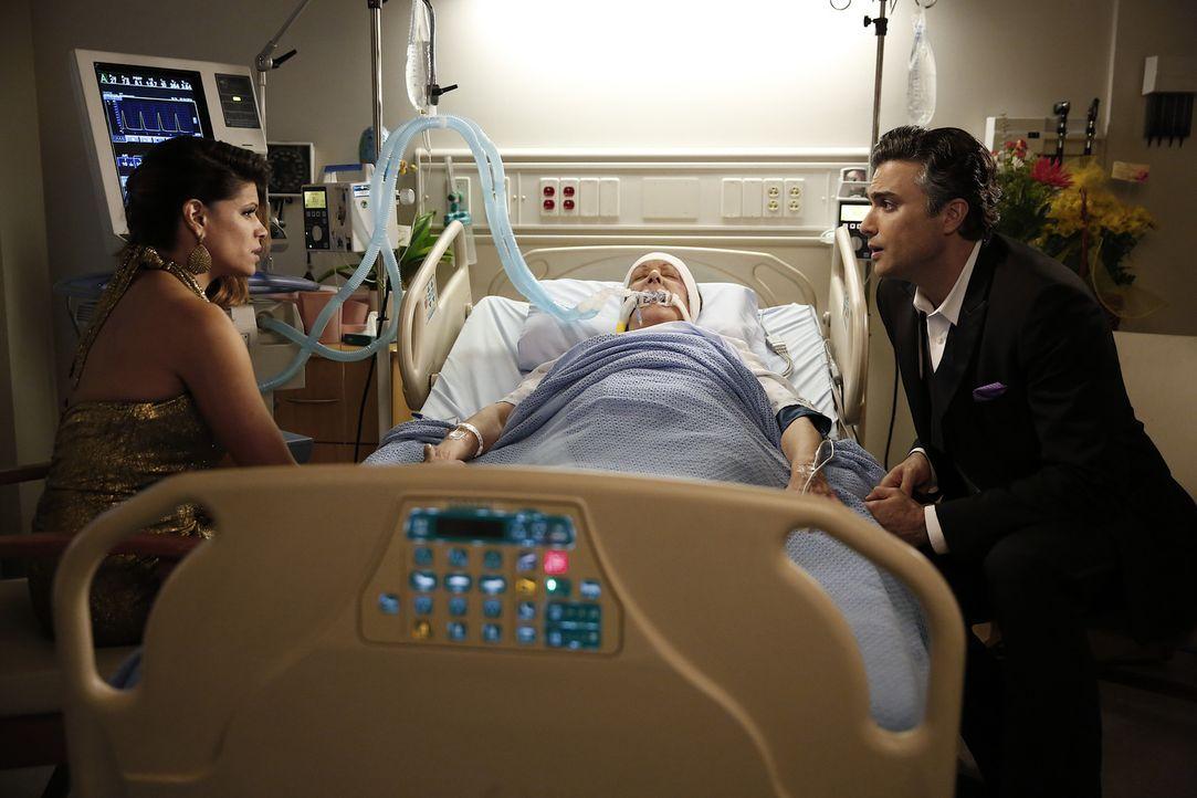 Während Rafael seinen alten Job zurückbekommt, tröstet Rogelio (Jaime Camil, r.) Xo (Andrea Navedo, l.), als er erfährt, was Alba (Ivonne Coll, M.)... - Bildquelle: 2014 The CW Network, LLC. All rights reserved.