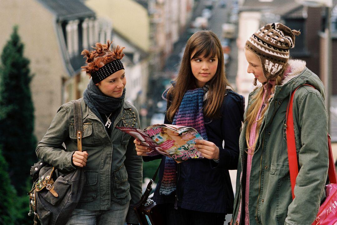 Drei Mädchen und die erste Liebe: Mila (Emilia Schüle, M.), Hannah (Selina Shirin Müller, l.) und Kati (Henriette Nagel, r.) ... - Bildquelle: Constantin Film