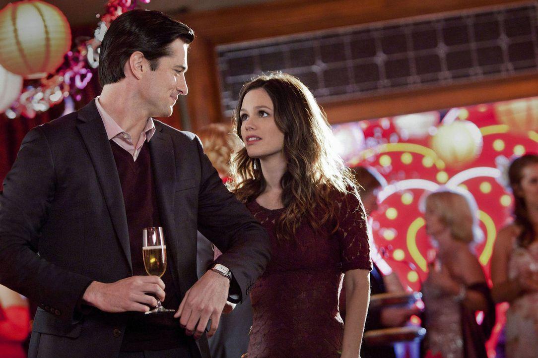 Nach dem stressigen Tag schafft Zoe (Rachel Bilson, r.) es doch noch zu ihrem Date mit Judson (Wes Brown, l.), aber das Glück währt nicht lange ... - Bildquelle: Warner Bros.
