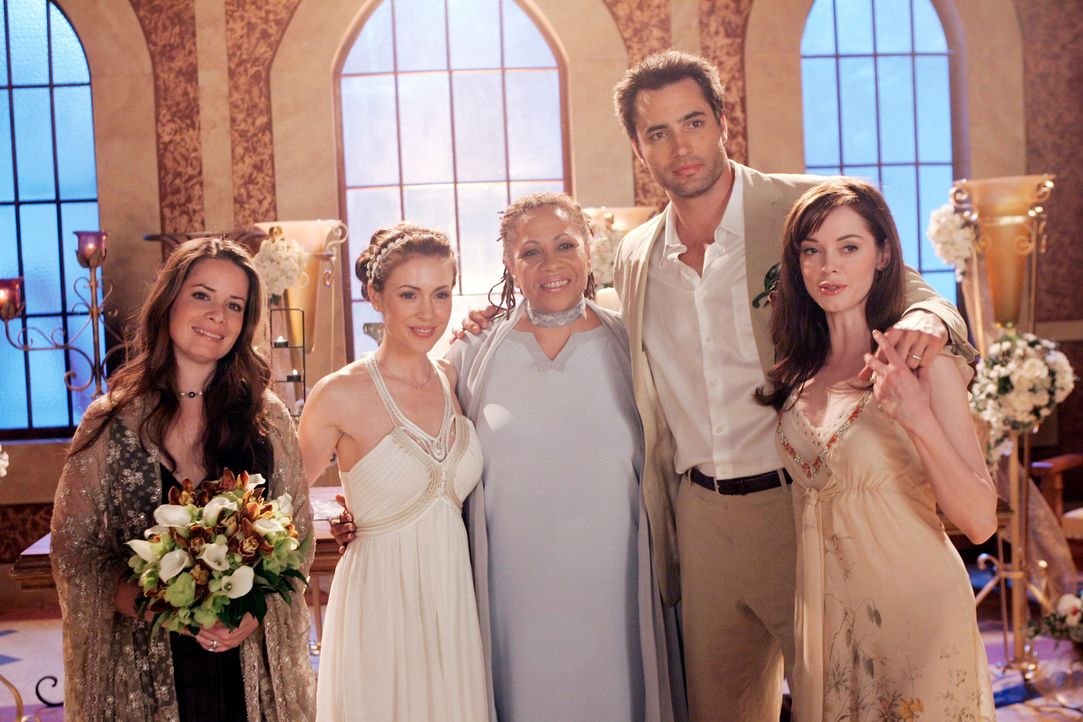 Happy End: Piper (Holly Marie Combs, l.), Phoebe (Alyssa Milano, 2.v.l.), Angel of Destiny (Denise Dowse, M.), Coop (Victor Webster, 2.v.r.) und : P... - Bildquelle: Paramount Pictures