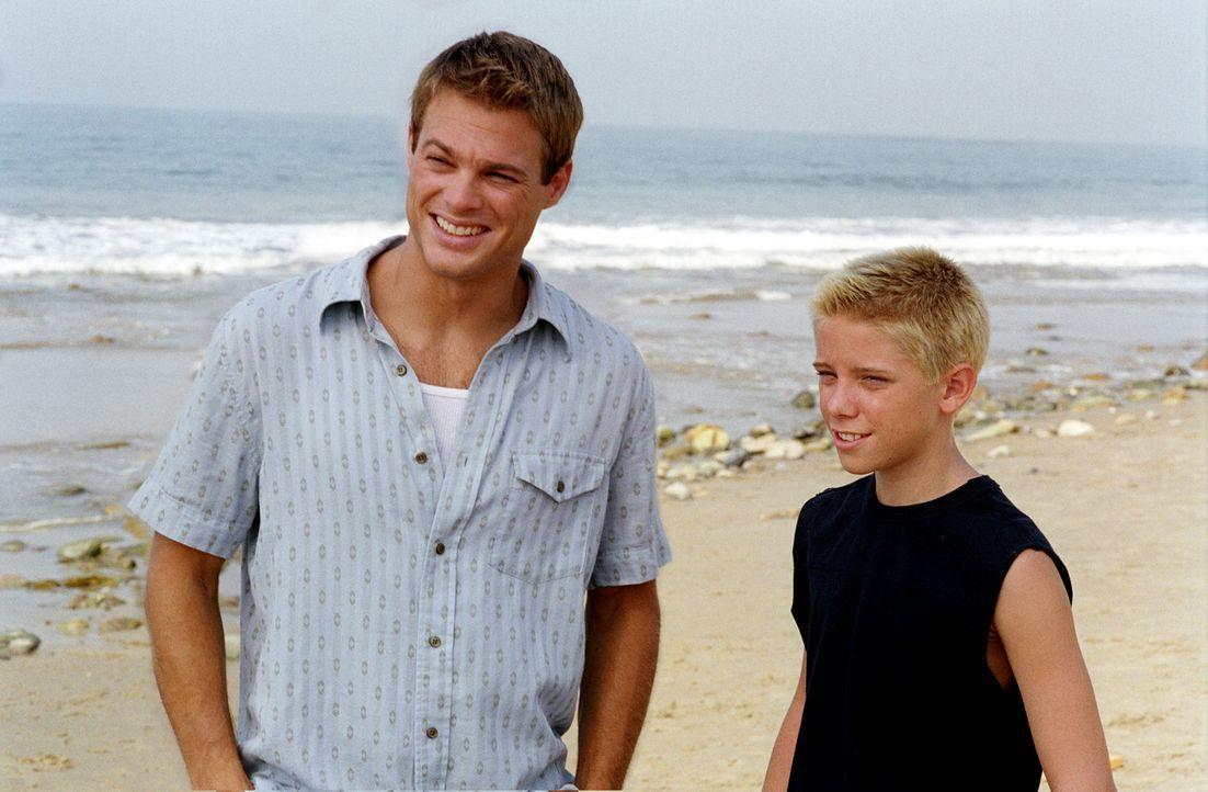 Peter (Scotty Leavenworth, r.) verbringt am Strand viel Zeit mit Kevin (George Stults, l.), was seiner Freundin Ruthie auf die Nerven geht ... - Bildquelle: Paul McCallum The WB Television Network