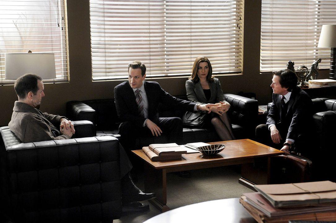 Will Gardner (Josh Charles, 2.v.l.), Alicia Florrick (Julianna Margulies, 2.v.r.) und Louis Canning (Michael J. Fox, r.) besprechen mit Richter Aber... - Bildquelle: CBS   2011 CBS Broadcasting Inc. All Rights Reserved.