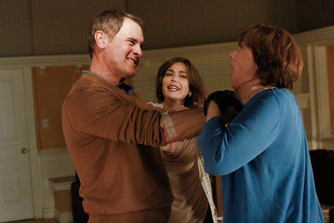 Die Lage spitzt sich dramatisch zu: Susan (Teri Hatcher, M.), Felicia (Harriet Sansom Harris, r.) und Paul (Mark Moses, l.) ... - Bildquelle: ABC Studios