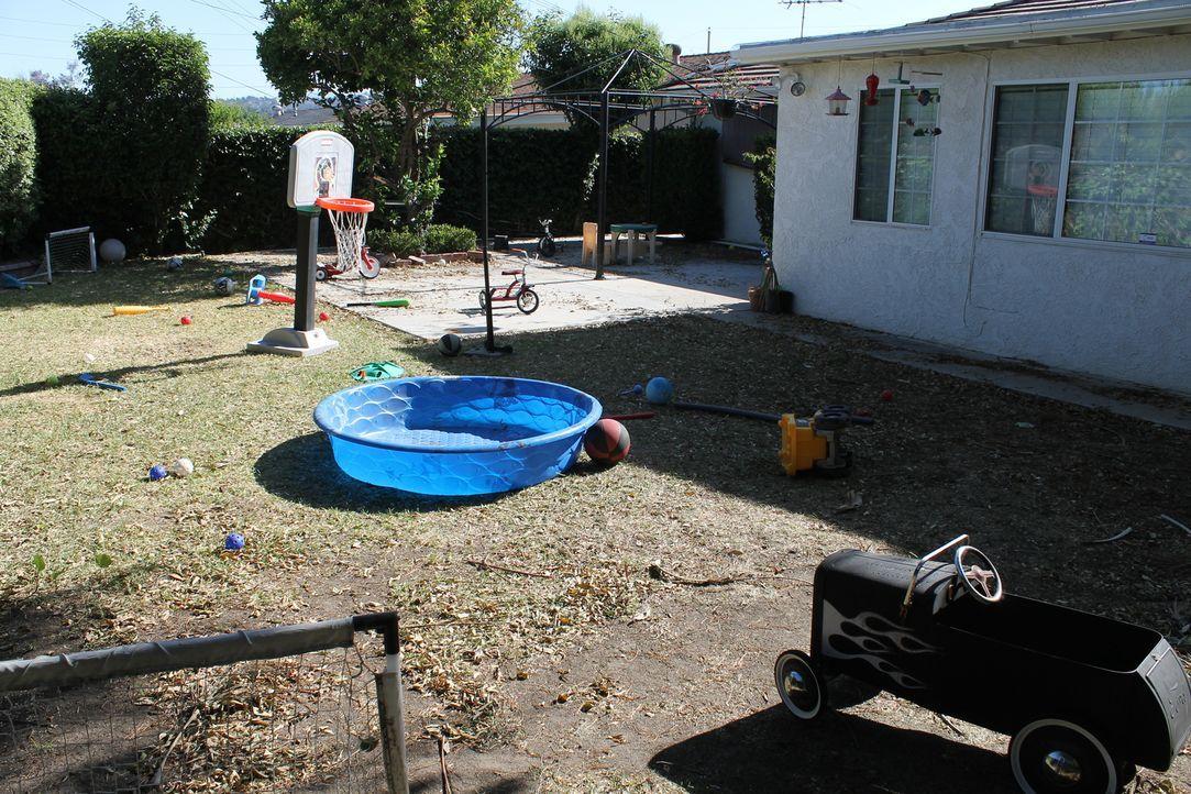 Der Garten von Deb und David ist vollgepackt mit Spielsachen ihrer Kinder und bietet keinen Ort zum Entspannen, geschweige denn ein Plätzchen im Sch... - Bildquelle: 2014, DIY Network/Scripps Networks, LLC. All Rights Reserved.
