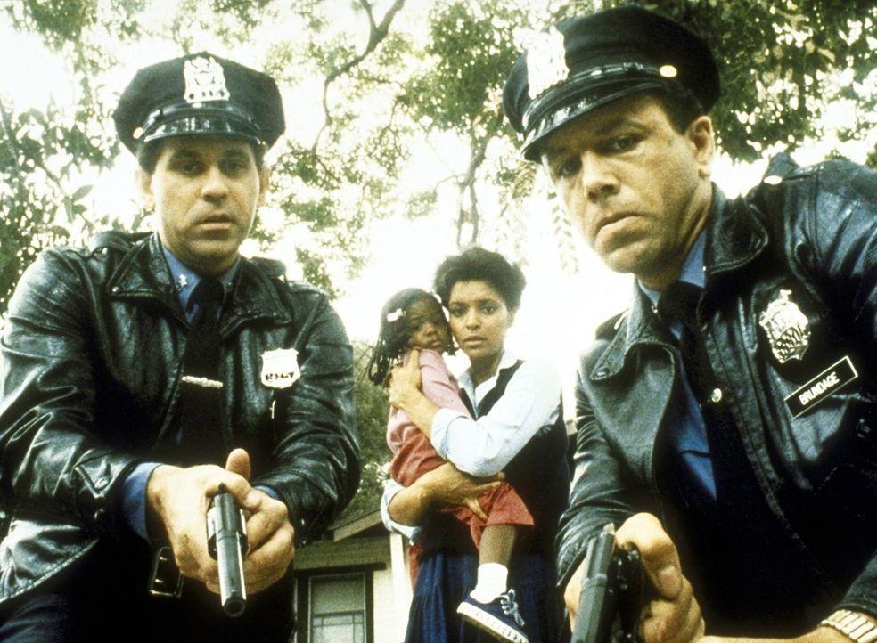 Zwei Streifenpolizisten verhaften auf brutale Art und Weise den Polizisten Petrie, weil sie ihn für einen Autodieb halten. - Bildquelle: ORION PICTURES CORPORATION. ALL RIGHTS RESERVED.