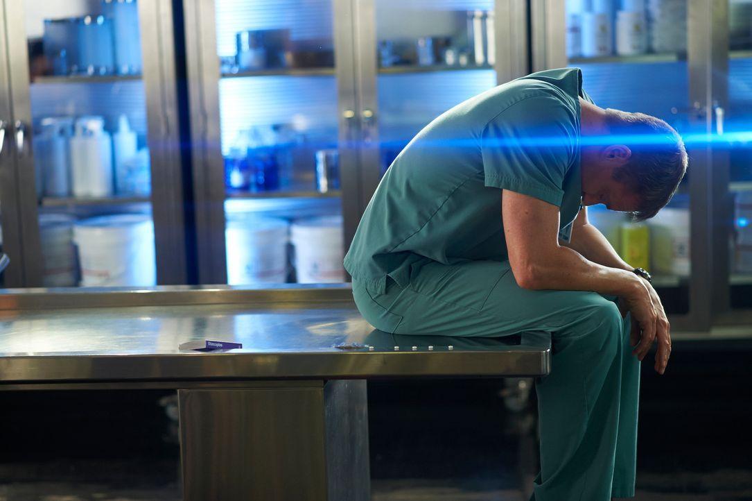 Seine Fähigkeit mit den Toten zu sprechen, treibt Charlie (Michael Shanks) beinahe in den Wahnsinn ... - Bildquelle: 2012  Hope Zee One Inc.
