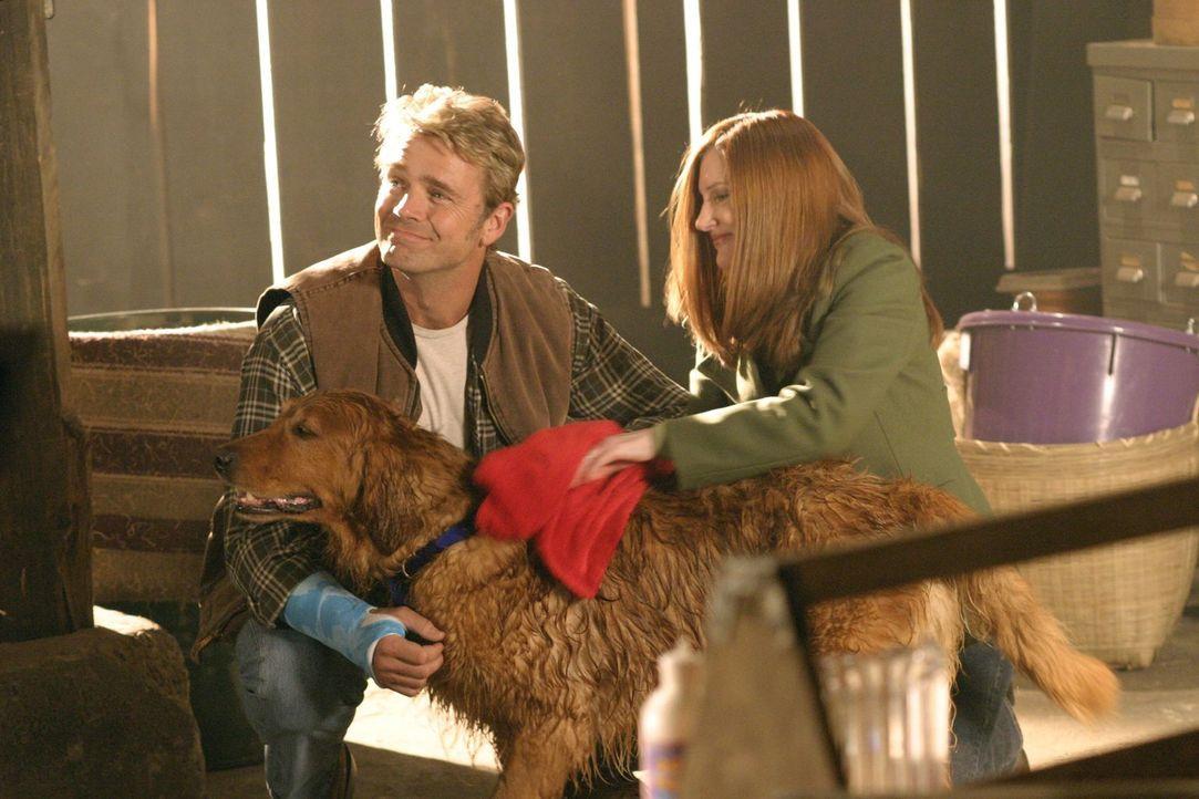 Noch ahnen Jonathan (John Schneider, l.) und Martha (Annette O'Toole, r.) nicht, welche Kräfte der Hund in sich trägt ... - Bildquelle: Warner Bros.