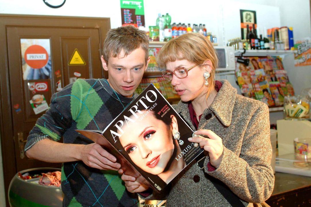 Oh Schreck: Lisa (Alexandra Neldel, r.) und Jürgen (Oliver Bokern, l.) erkennen Lisas Ohrringe auf dem Cover einer Modezeitschrift und finden darin... - Bildquelle: Monika Schürle SAT.1 / Monika Schürle