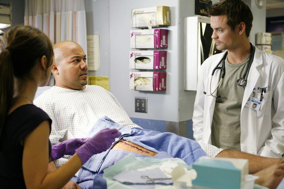 Ist um Thighs (Angel Oquendo, M.) Wohlbefinden besorgt: Dr. Ray Barnett (Shane West, r.) ... - Bildquelle: Warner Bros. Television