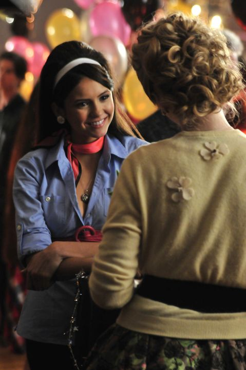 Elena (Nina Dobrev, l.) freut sich, dass Caroline (Candice Accola, r.) mit Matt glücklich ist. - Bildquelle: Warner Bros. Television