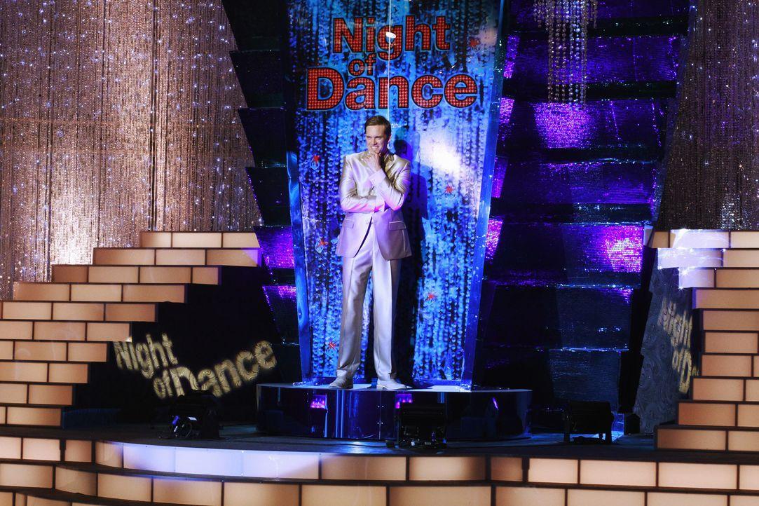 """Während der Tanzshow """"A Night of Dance"""", die von Brad Melville (Adam Harrington) moderiert wird, geschieht hinter den Kulissen ein grausamer Mord ... - Bildquelle: ABC Studios"""