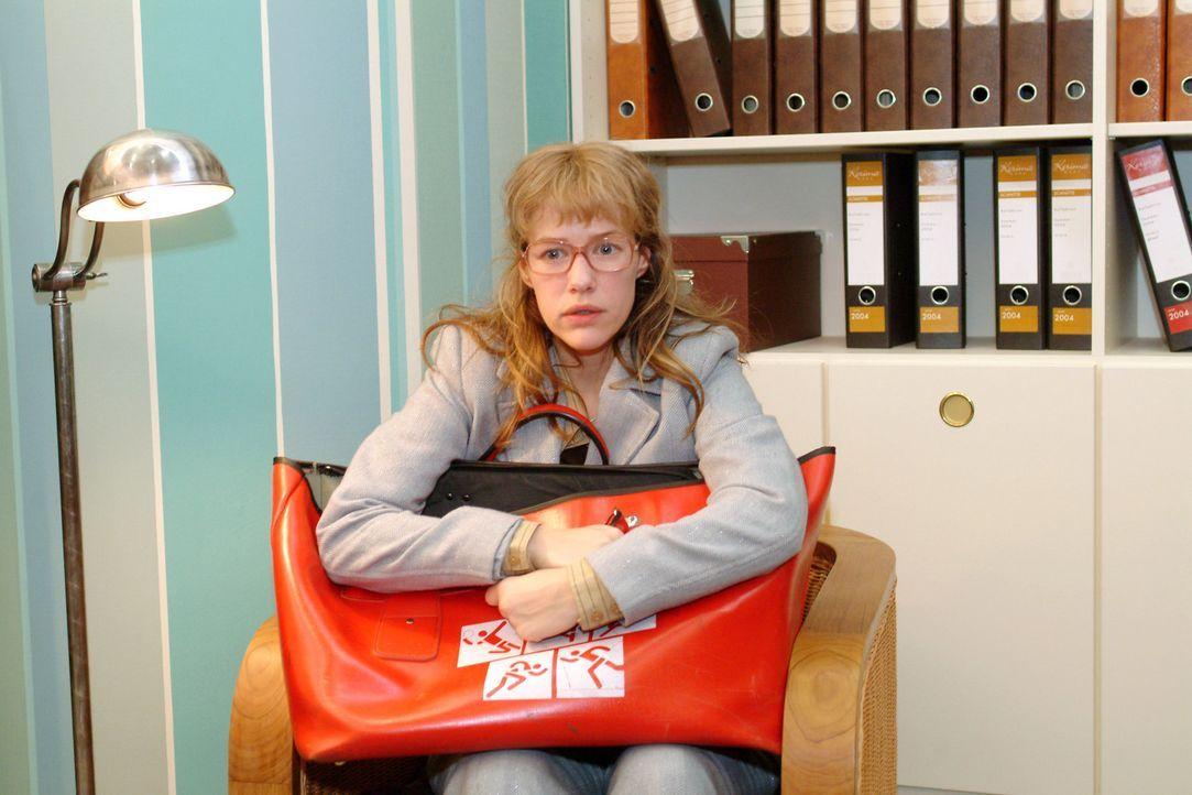 """Lisa (Alexandra Neldel) überlegt es sich noch einmal: Sie ist nun bereit, den Vertrag zu unterschreiben und den """"Pakt mit dem Teufel"""" einzugehen. (... - Bildquelle: Sat.1"""