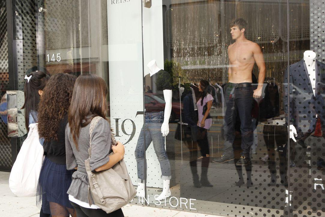 Liam (Matt Lanter, r.) nimmt einen Job in einer Jeans-Boutique an, wo er mit nacktem Oberkörper als lebende Schaufensterpuppe im Schaufenster stehe... - Bildquelle: 2010 The CW Network. All Rights Reserved.