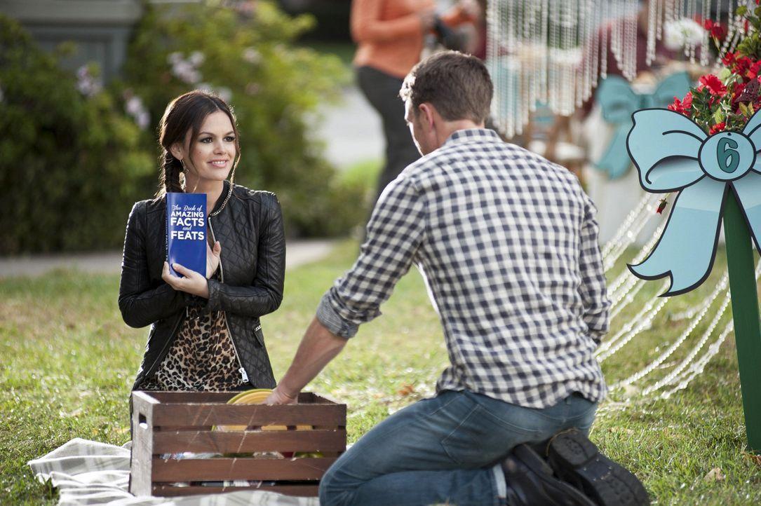 Gegen ihre eigentlichen Vorsätze bietet Zoe (Rachel Bilson, l.) für Wades (Wilson Bethel, r.) Wohltätigkeitskorb, doch sie ist nicht die Einzige ...... - Bildquelle: Warner Bros.