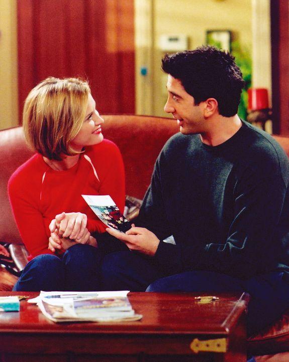Mona (Bonnie Somerville, l.) möchte wissen, wie Ross (David Schwimmer, r.) die Beziehung mit ihr sieht. Genau solche Gespräche hasst er doch ... - Bildquelle: TM+  WARNER BROS.