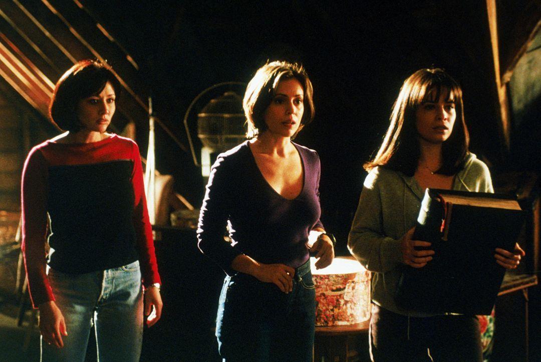 Wenn Piper (Holly Marie Combs, r.), Phoebe (Alyssa Milano, M.) und Prue (Shannen Doherty, l.) die böse Hexe Kali vernichten wollen, müssen sie ihr S... - Bildquelle: Paramount Pictures