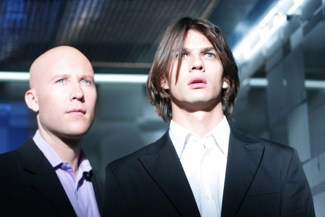 Mikail (Trent Ford, r.) ist nicht ohne Grund in Smallville: Lex`(Michael Rosenbaum, l.) Vater Lionel hat ihn in die Stadt gelockt, da er sich einige... - Bildquelle: Warner Bros.