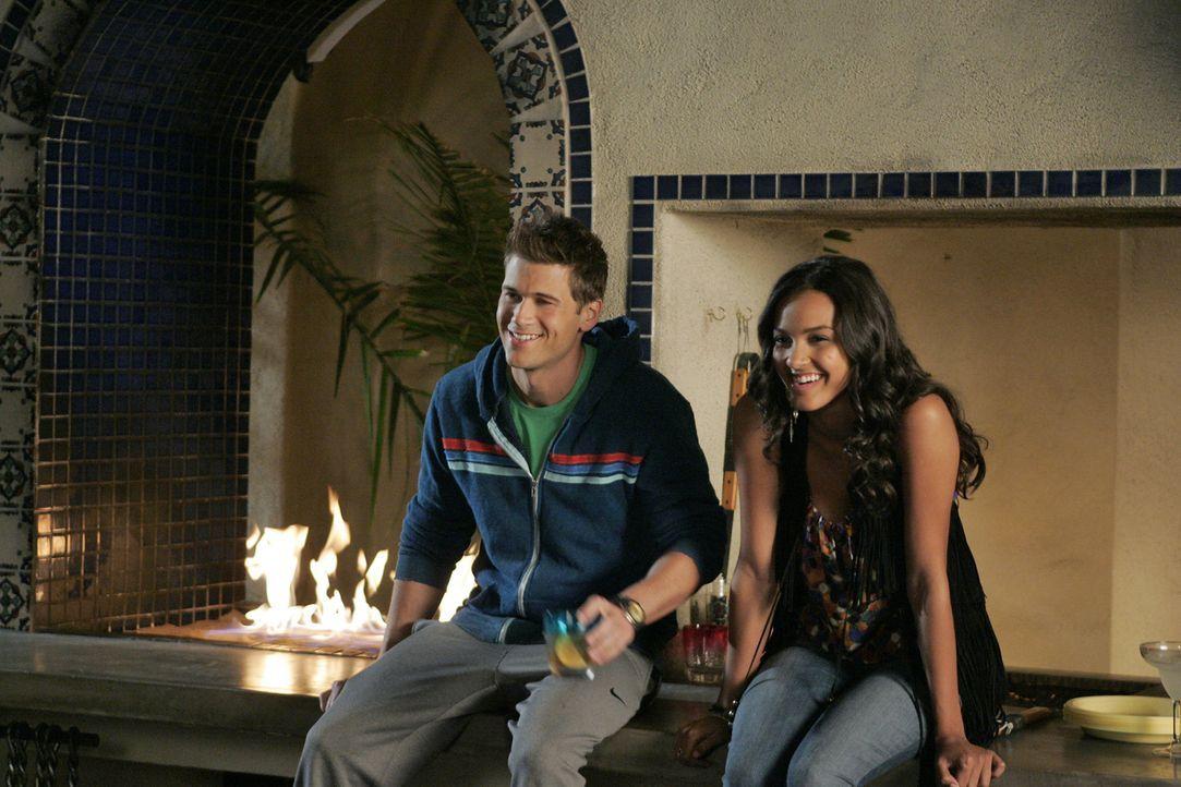Die Weichen sind gelegt - Drew (Nick Zano, l.) und Riley (Jessica Lucas, r.) verstehen sich mehr als gut... - Bildquelle: 2009 The CW Network, LLC. All rights reserved.