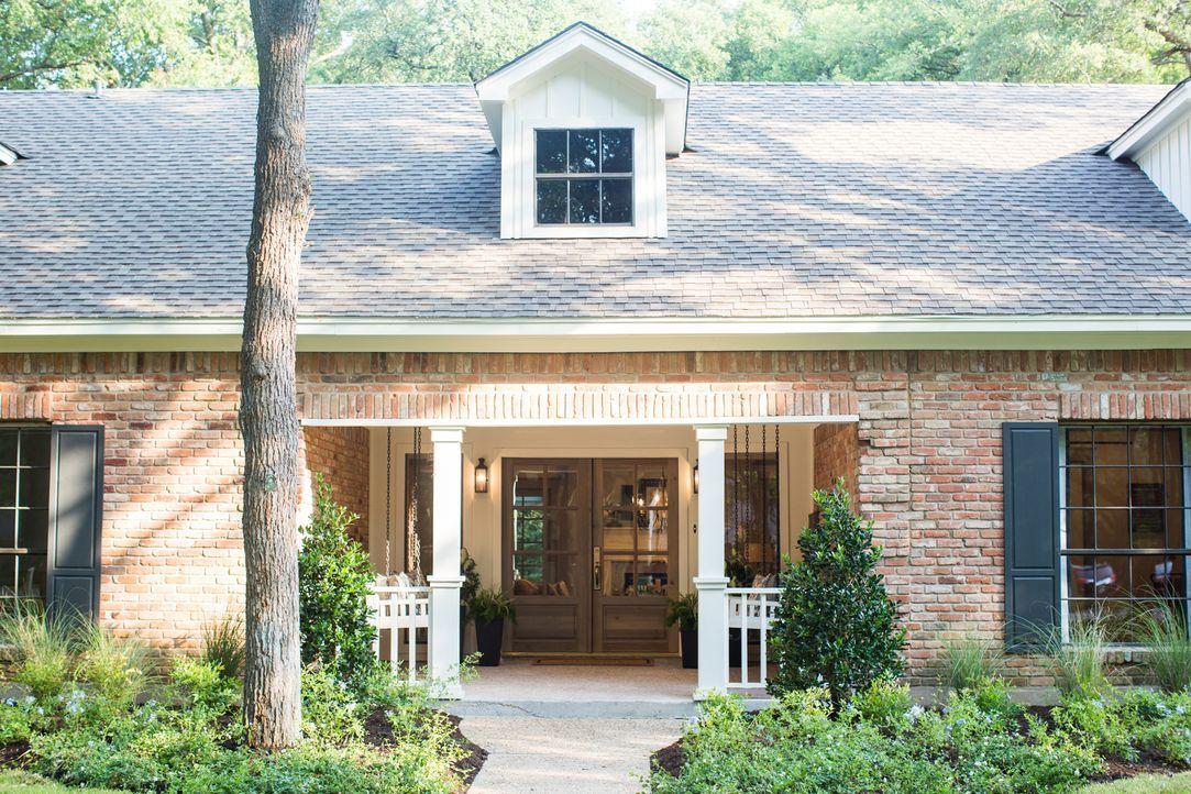 Die Renovierungsprofis haben ihr Bestes gegeben, um den Fergusons ein perfektes neues Heim zu kreieren. Die Fassade sieht schon mal veilversprechend... - Bildquelle: Rachel Whyte 2015, HGTV/ Scripps Networks, LLC.  All Rights Reserved.