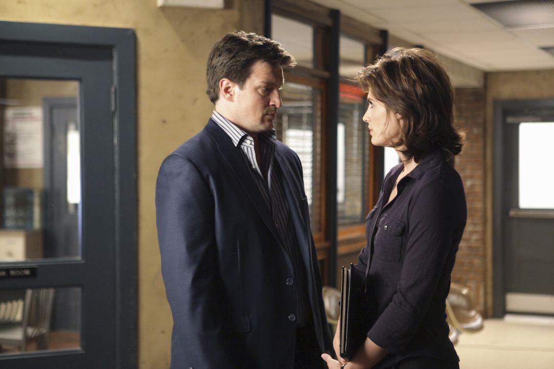 Als ein toter Mann in einem Müllschlucker in einem Apartmenthaus in der Stadt gefunden wird, staunen Beckett (Stana Katic, r.) und Castle (Nathan Fi... - Bildquelle: ABC Studios