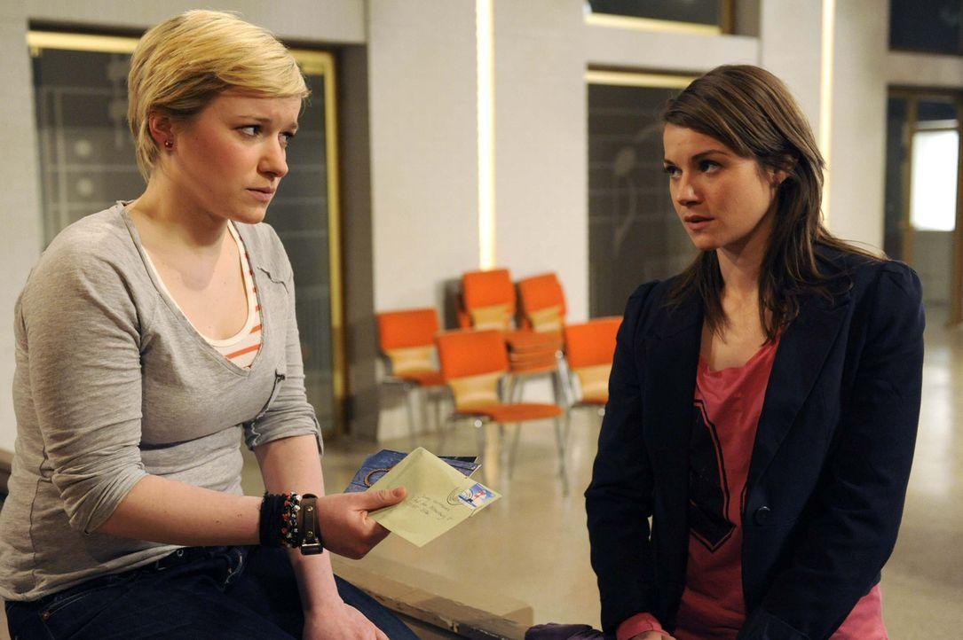 Emma (Kasia Borek, l.) ist schwer getroffen von Jennys (Lucy Scherer, r.) Geständnis und stößt sie von sich ... - Bildquelle: SAT.1