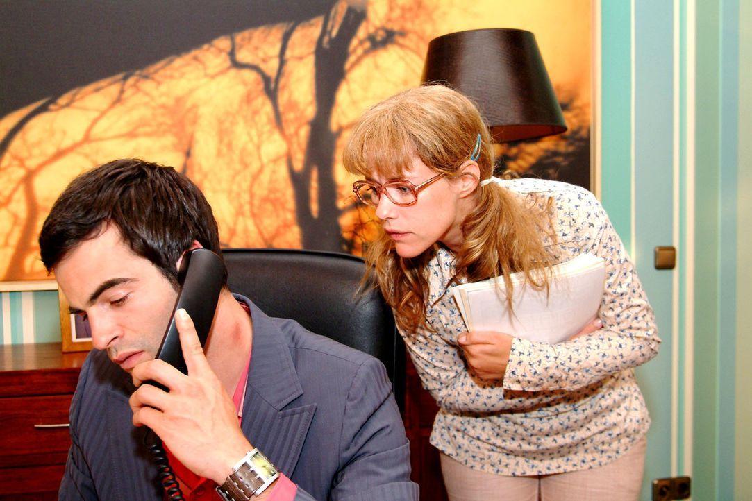 Lisa (Alexandra Neldel, r.) entdeckt ebenso erstaunt wie befremdet einen Knutschfleck auf Davids (Mathis Künzler, l.) Hals. (Dieses Foto von Alexan... - Bildquelle: Monika Schürle Sat.1