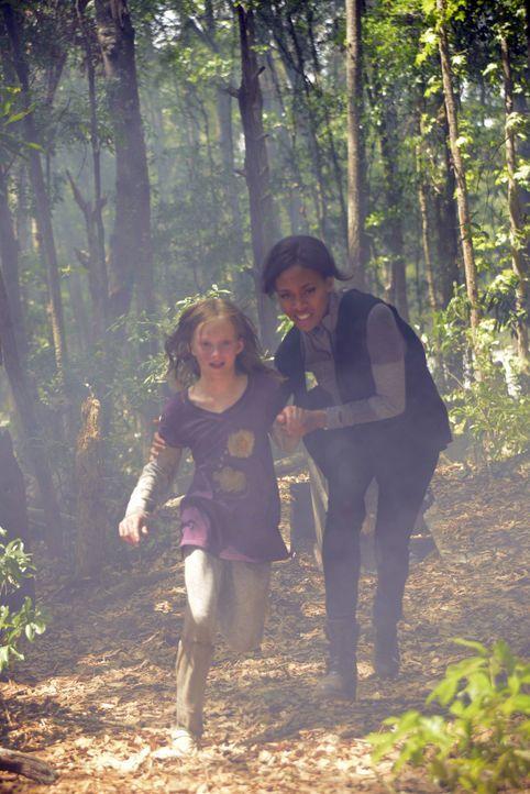 Selbst wenn Abbie (Nicole Beharie, r.) die unschuldige Sara (Abigail Rose Cornell, l.) retten kann, ist der Fluch, der seit Jahrhunderten auf ihrer... - Bildquelle: 2014 Fox and its related entities. All rights reserved.