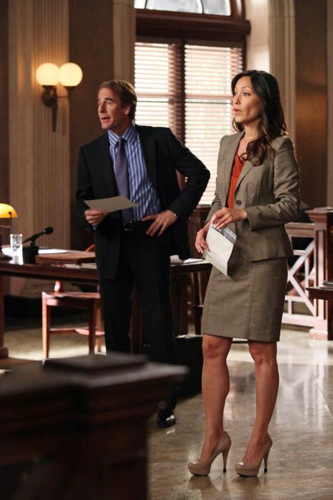 Während Staatsanwältin Stone (Christina Chang, r.) Bree aufgrund ihrer Alkoholsucht, ihrer zahlreichen Männerbekanntschaften und ihres Abschiedsbrie... - Bildquelle: ABC Studios