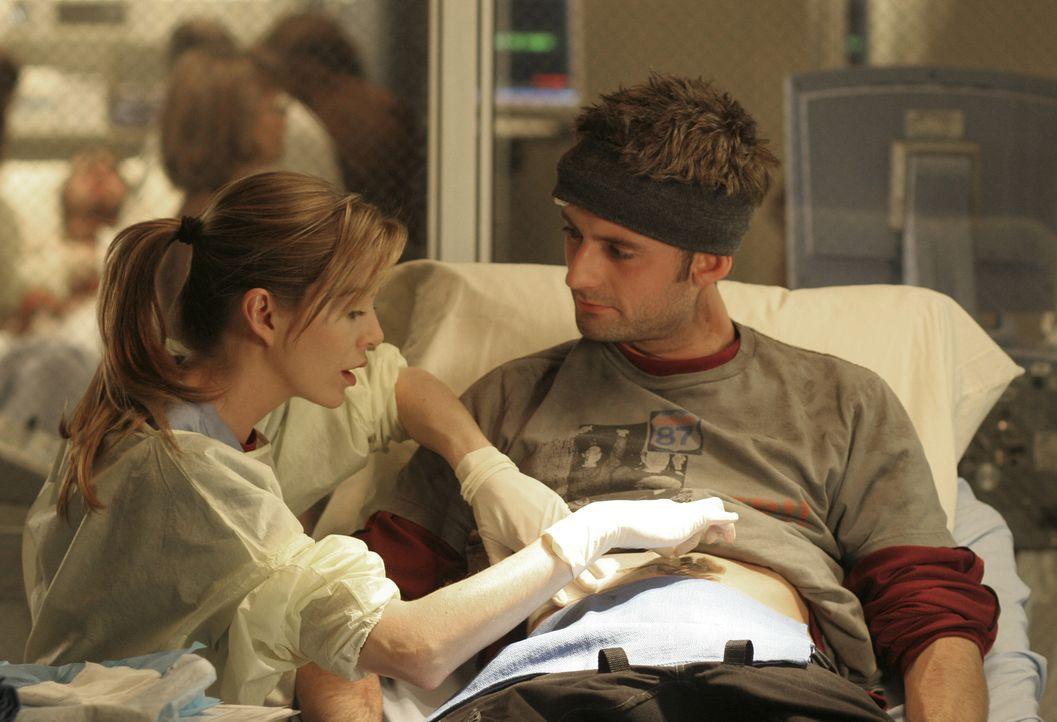 Meredith (Ellen Pompeo, l.) behandelt Viper (Callum Blue, r.), der sich bei einem illegalen Radrennen verletzt hat ... - Bildquelle: Touchstone Television